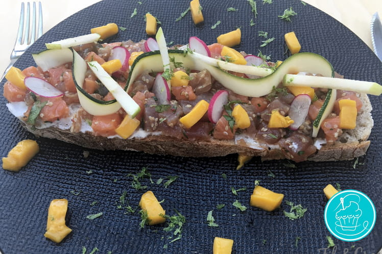 Tartine de tartare de poisson et légumes crus