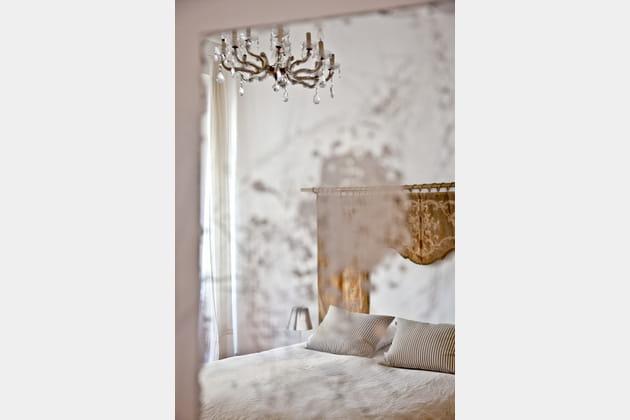 Tête de lit en velours et lustre