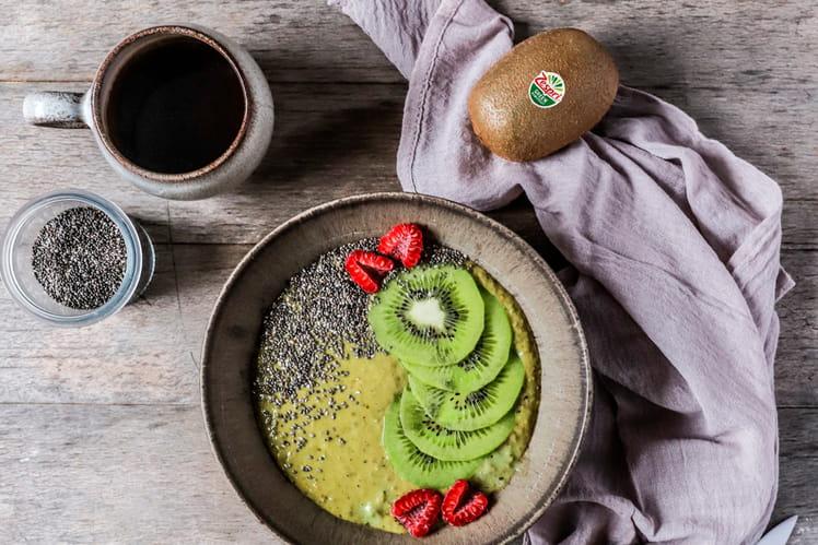 Matcha et kiwi smoothie bowl