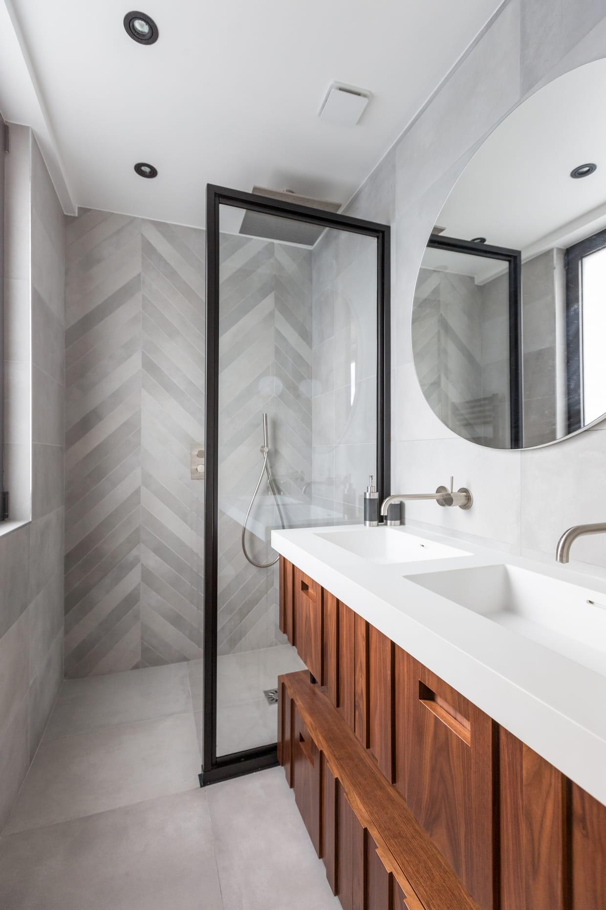 Une salle de bains moderne en gris clair