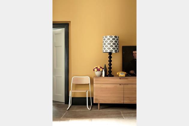 Un salon orange rétro