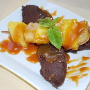 mousse au chocolat et ses brochettes de fruits au caramel