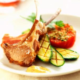 côtelettes d'agneau aux courgettes et aux tomates grillées