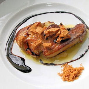 foie gras poêlé aux speculoos sur lit de compote pomme-rhubarbe et caramel