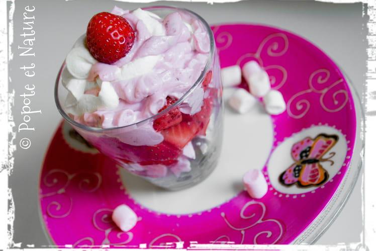 Verrines fraises raisins meringue et chantilly mascarpone aux deux parfums