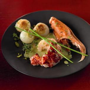 homard bleu de méditerranée, oignons confits, bisque à la pistache et fleur