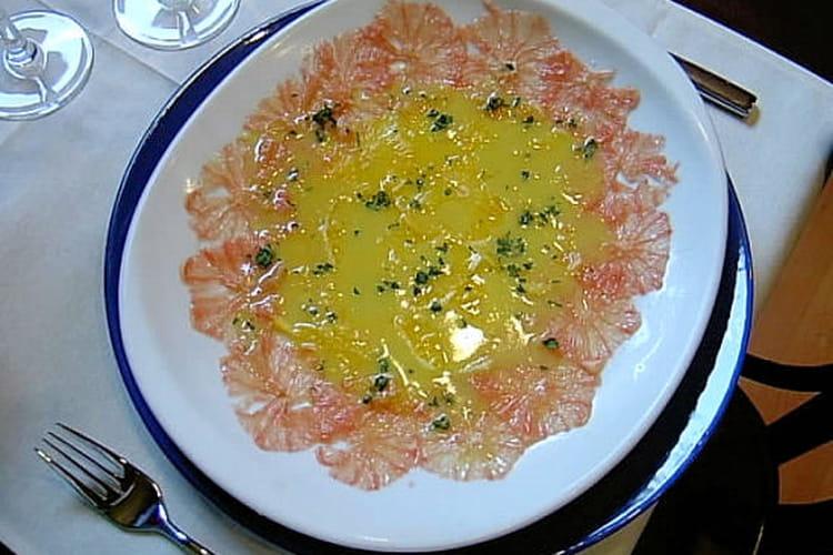 Carpaccio de citriques aux baies et aux olives noires