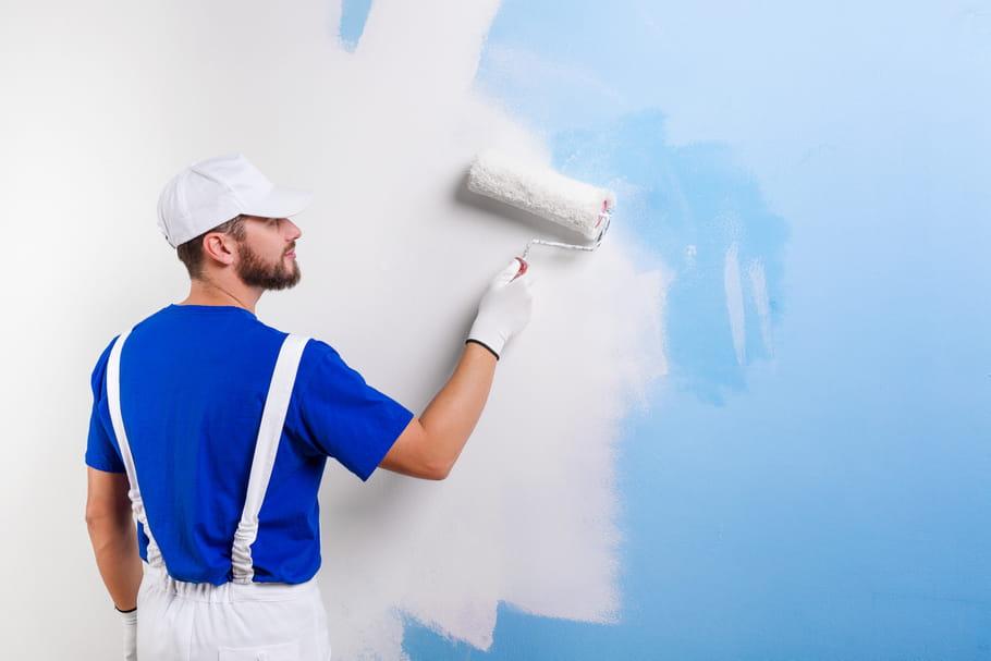 Peindre un mur foncé en blanc, sans se rater