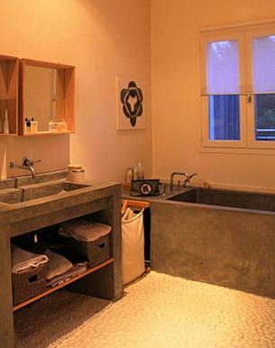le béton ciré se décline également en vasque, plan de travail, baignoire...