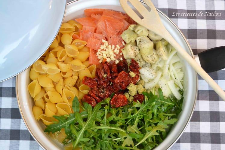 One pot pasta au saumon fumé, tomates séchées et roquette