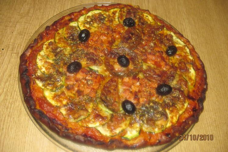 Pizza aux courgettes, tomates noires et parmesan