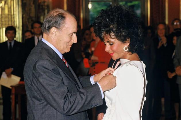 Il épingle la Légion d'Honneur à Liz Taylor, en mai 87
