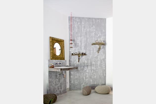 Une salle de bains en béton