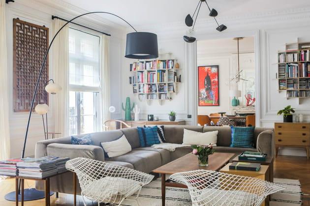 Un grand canapé d'angle