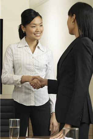 la poignée de main n'est pas un geste évident, surtout pour les femmes.