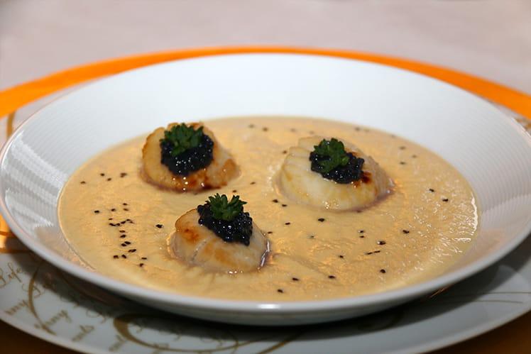 Velouté de navet boule d'or au foie gras et noix de St-Jacques, sel noir d'Hawaii