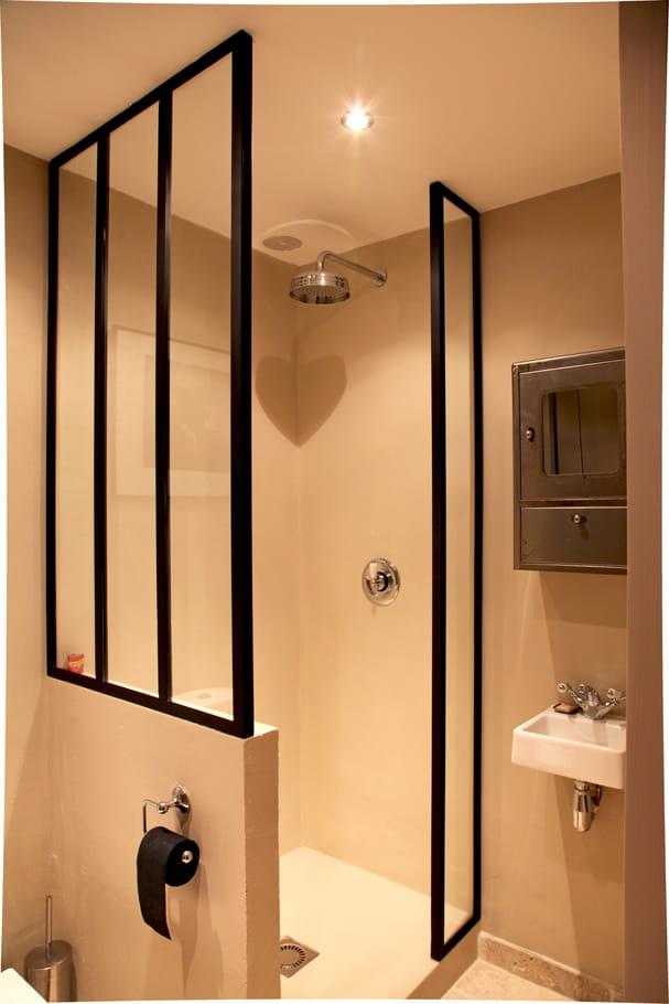 salle d 39 eau avec ferronneries sur mesure salle de bains petite mais pleine d 39 id es journal. Black Bedroom Furniture Sets. Home Design Ideas
