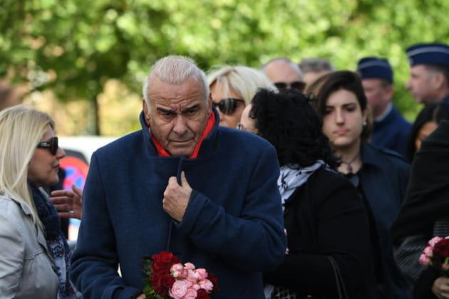 Michel Fugain, un bouquet de fleurs à la main