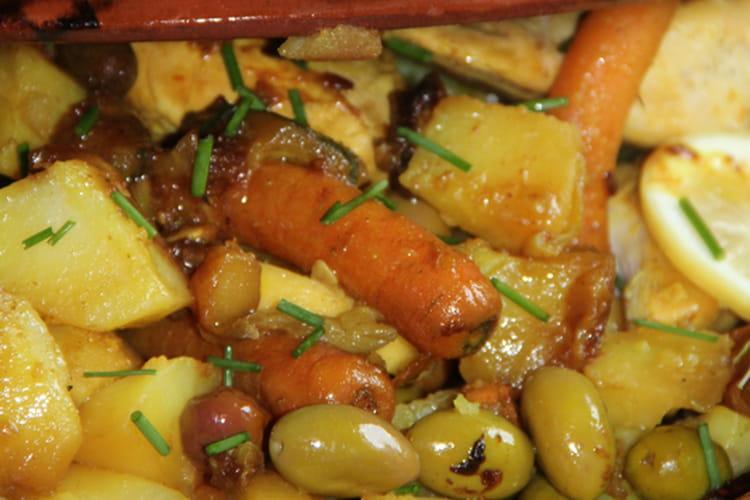 Tajine poulet, pommes de terre, carottes, courgette, olives et épices