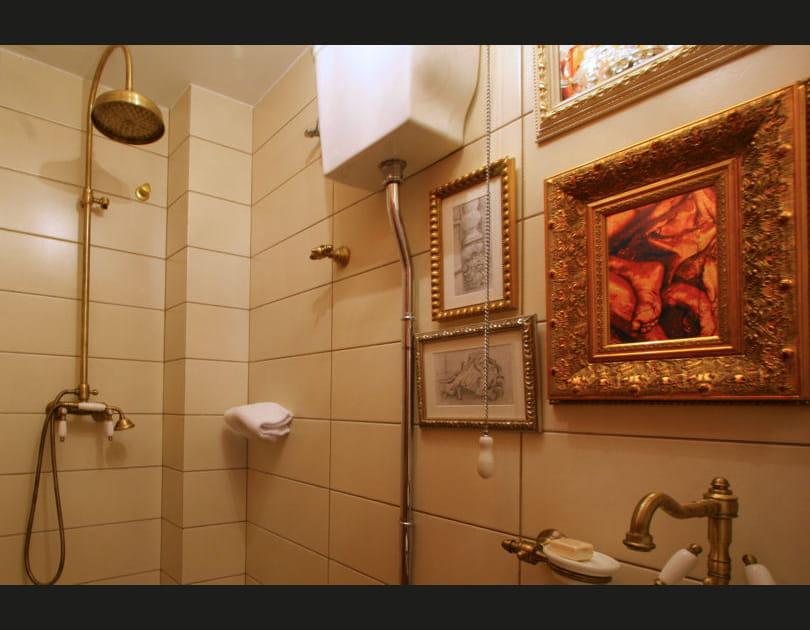 Des tableaux rococo dans la salle de bains