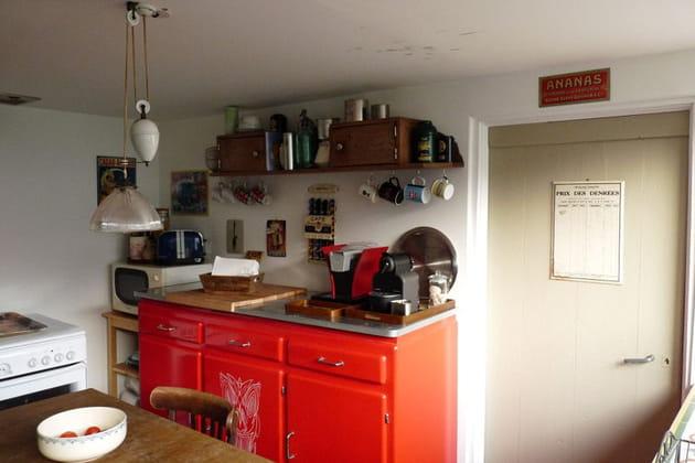 La cuisine au buffet rouge