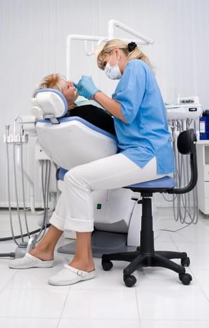 comme tous les docteurs, le dentiste veut vous soigner.