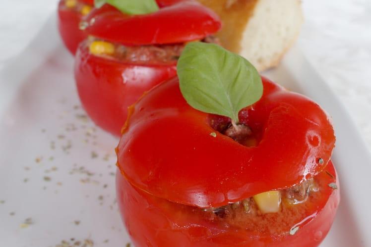 Tomates farcies froides au thon, maïs et olives