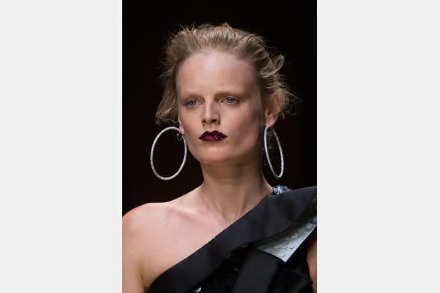 Les créoles XXL du défilé Atelier Versace