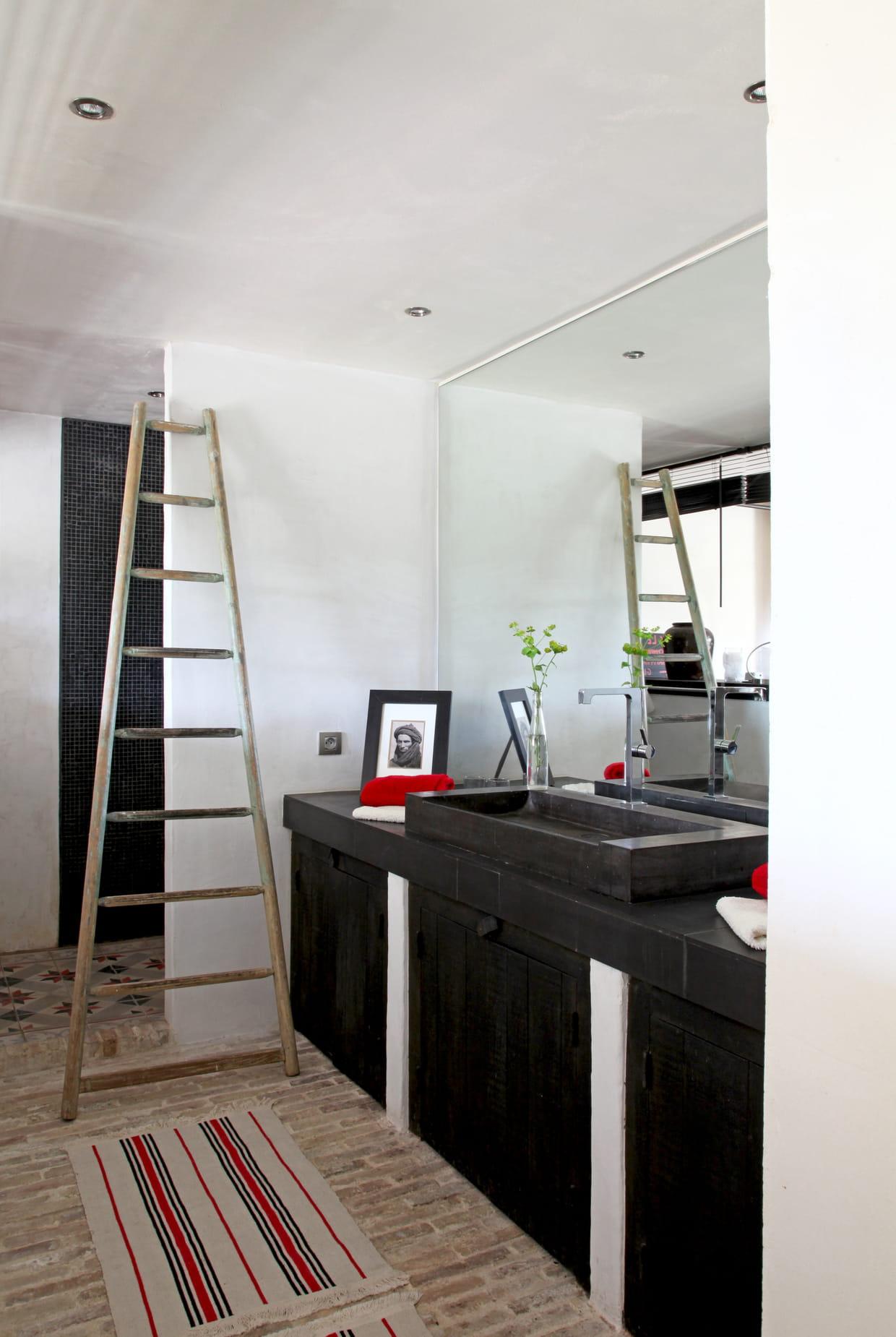 une salle de bains boh me chic. Black Bedroom Furniture Sets. Home Design Ideas