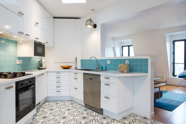 Une cuisine en U entre bleu et blanc