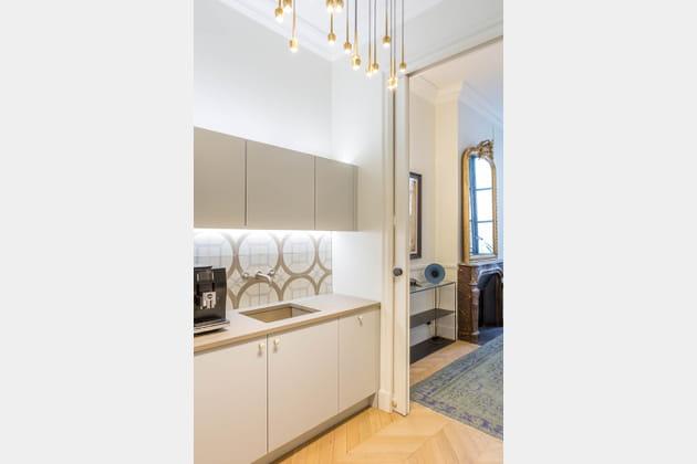 Une cuisine blanche en parallèle