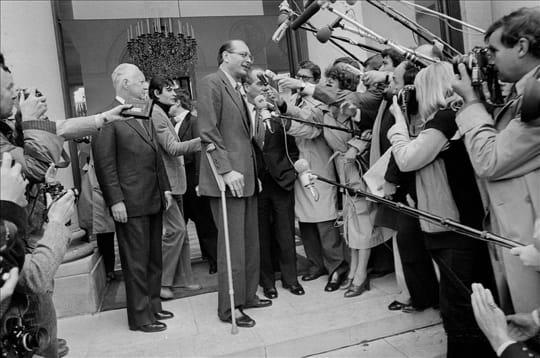Jacques Chirac, en béquilles