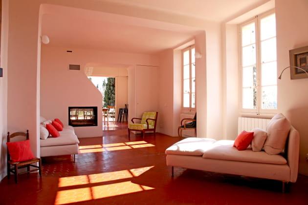 Un salon en contraste rouge et de blanc
