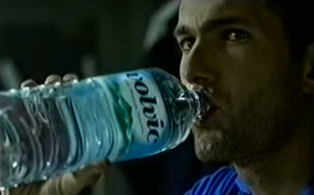 Zinédine Zidane se rafraîchit avec Volvic