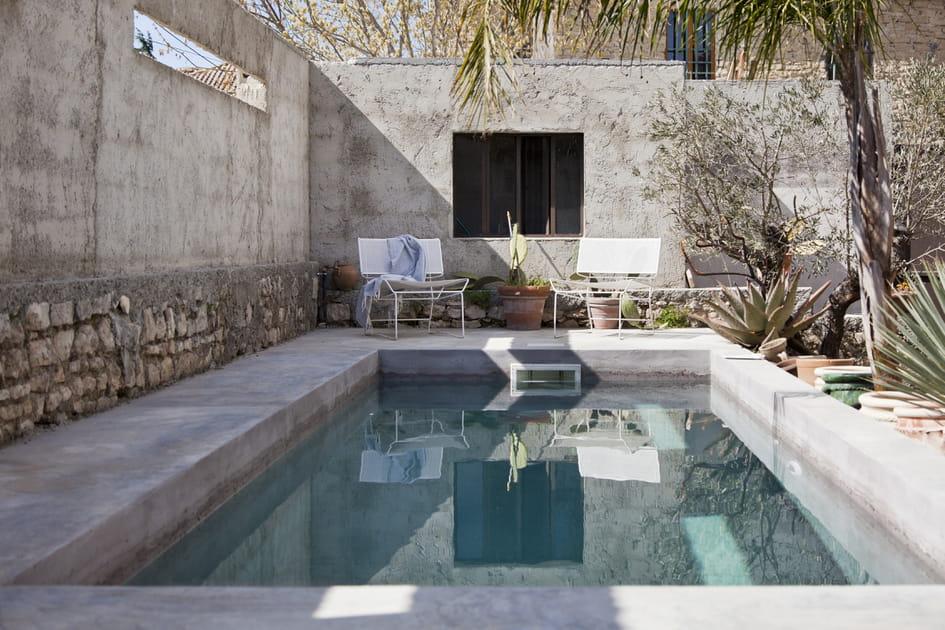 Salon de jardin design autour du bassin de nage