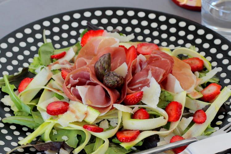 Salade de fraises & d'asperges crues