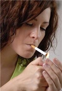 les femmes fument de plus en plus tôt, tout en prenant la pilule : un cocktail
