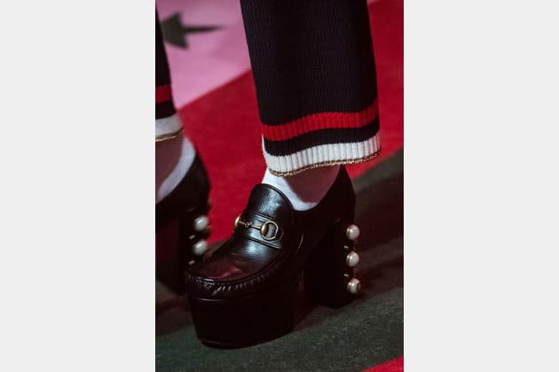 Les mocassins à plateforme et perles du défilé Gucci