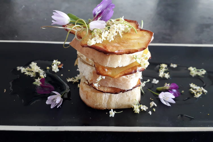 Millefeuille de chèvre et pomme au sirop de fleurs de sureau