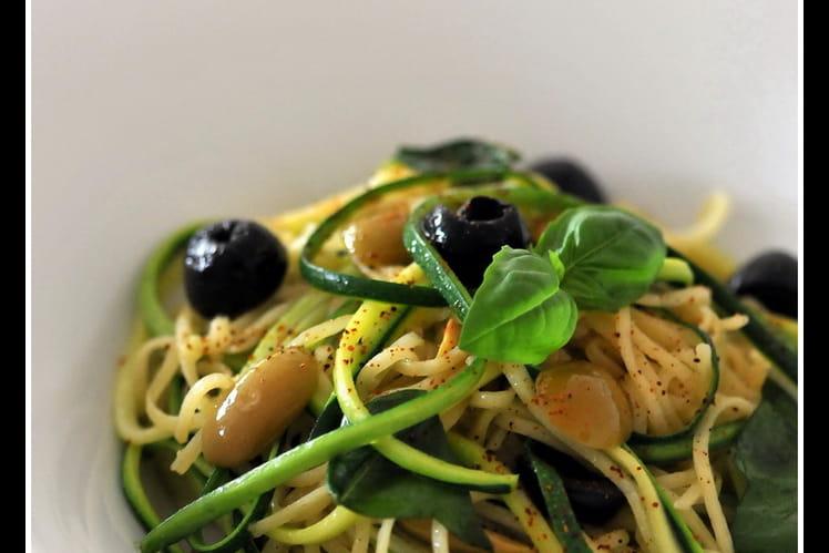 Duo de spaghetti aux olives et pignons