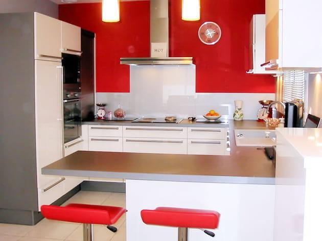 Une cuisine ouverte en rouge et blanc
