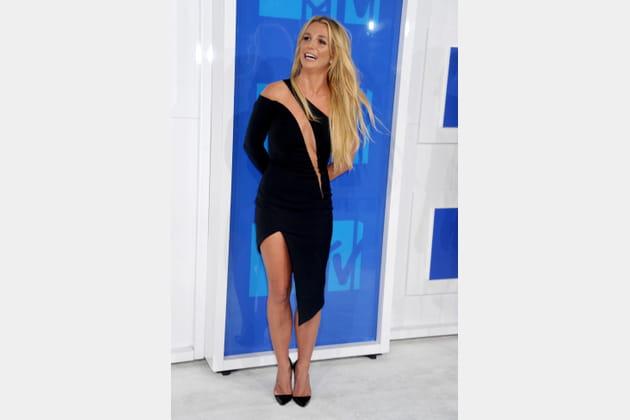Britney Spears en petite robe noire ajourée