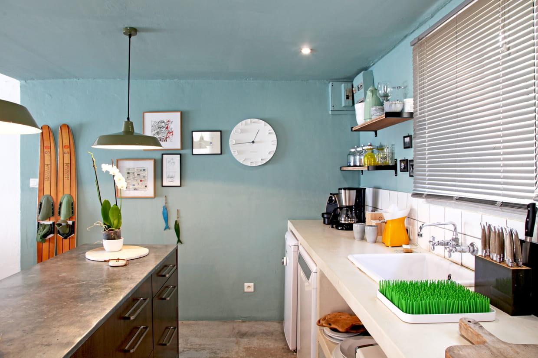 cuisine aux murs bleus. Black Bedroom Furniture Sets. Home Design Ideas