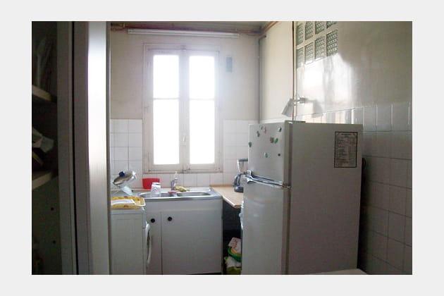 Une ancienne cuisine encombrée et peu esthétique