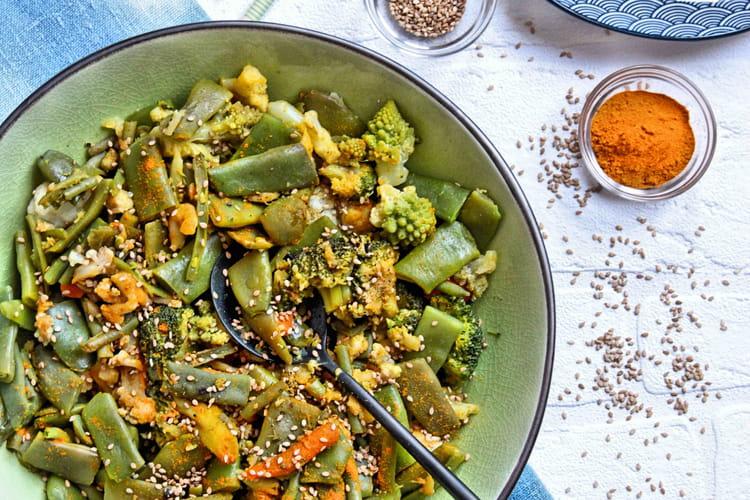Wok végétarien de coco plat, chou-fleur, chou romanesco, brocoli, carottes et haricots verts