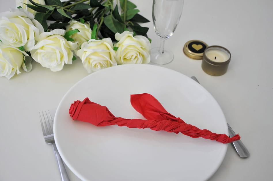 Saint-Valentin: un pliage de serviette en forme de rose