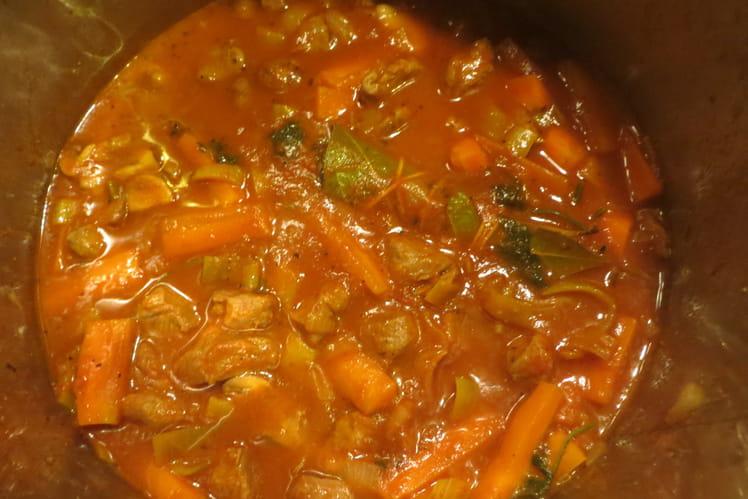 Ragoût d'agneau aux carottes, poireau et champignons