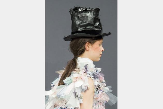 Le chapeau haute forme accidenté du défilé Viktor&Rolf