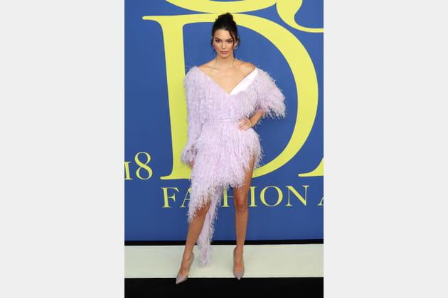 Kendall Jenner en robe asymétrique à effet plumes d'autruche