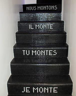 cette lectrice a posé de la mosaïque sur les marches de son escalier